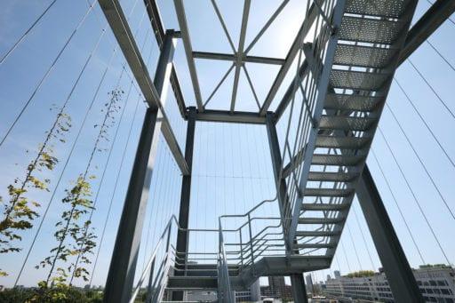 powerhouse eindhoven staalconstructie met verticale kabels