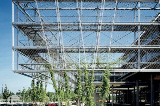 transparante constructie met groene gevel